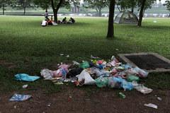 Cắm trại, xả rác ngập công viên lớn nhất Hà Nội