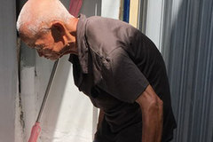 Cụ già 97 tuổi đi bộ khắp Sài Gòn bán bánh nuôi con tật nguyền