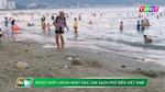 Ông Tây nhặt rác trên bãi biển Nha Trang