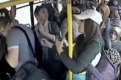 Bị các cô gái vùi dập trên xe buýt vì 'khoe của' quấy rối