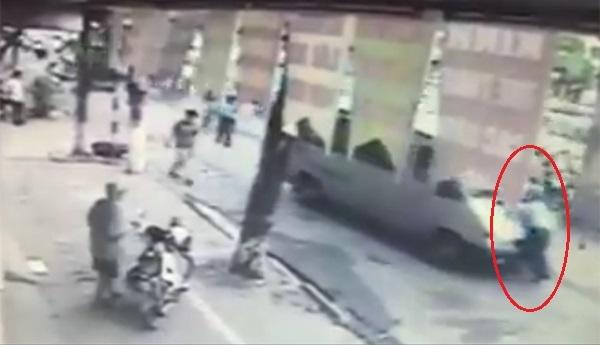 Hà Nội: Xe khách hất thanh tra giao thông quận lên nắp capo