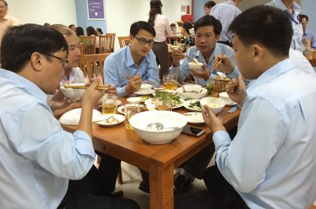 Chủ tịch Đà Nẵng ăn trưa toàn hải sản