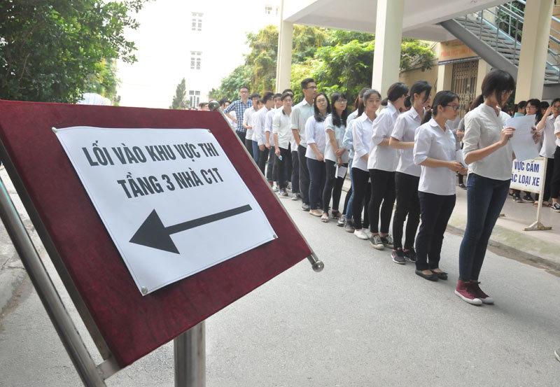 Kiên nhẫn xếp hàng trong buổi thi đại học đầu tiên