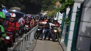 Người phụ nữ dang tay chặn xe máy leo lên vỉa hè