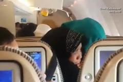 Phi cơ vào vùng nhiễu loạn, hành khách ôm nhau khóc