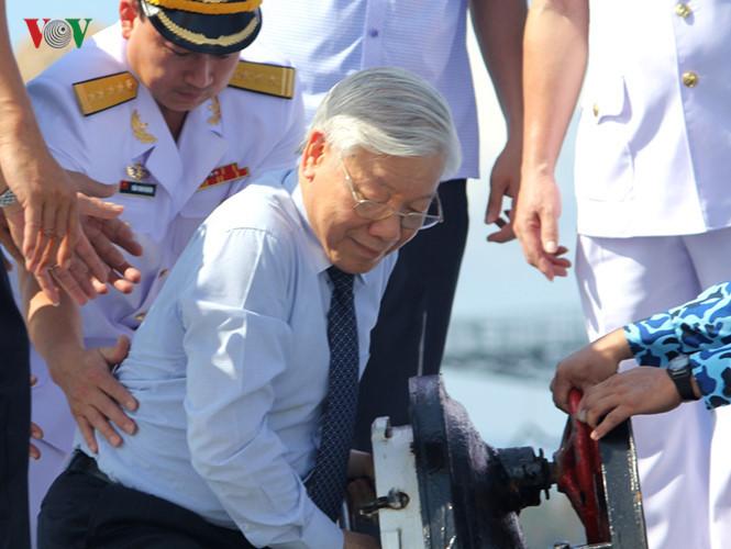 Tổng bí thư thăm tàu hộ vệ Lý Thái Tổ và tàu ngầm Kilo