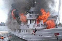 Cháy tàu du lịch ở Hạ Long, khách nhảy xuống biển
