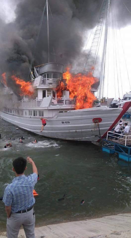 Tạm dừng hoạt động các tàu thuộc công ty có tàu cháy