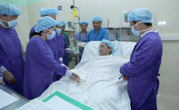 Bộ trưởng Công an thăm 2 cán bộ ghép tạng