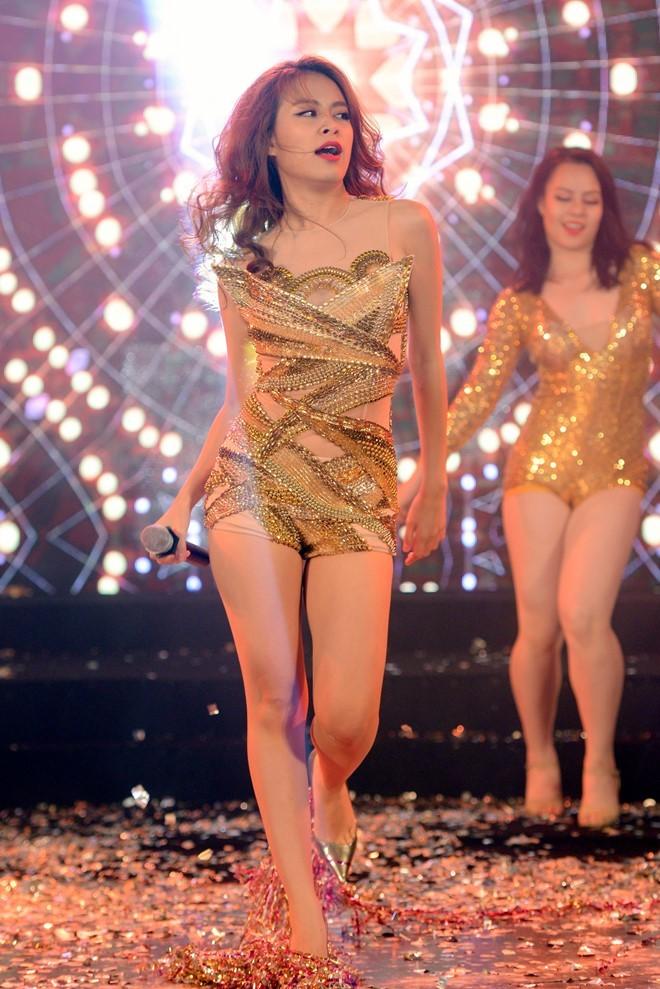 Hoàng Thùy Linh diễn 'nóng bỏng' ở Hà Nội