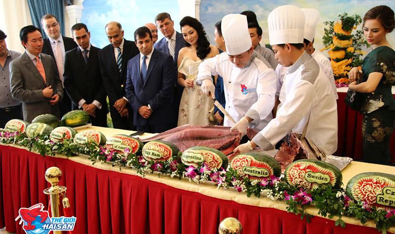 Các đại sứ nước ngoài ăn cá ủng hộ người dân vùng biển