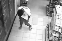 """Người đàn ông bị """"quỷ ám"""" trong siêu thị?"""