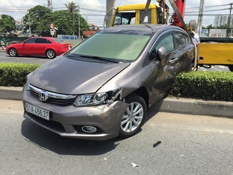Hai anh em hoảng loạn trong ô tô bị xe ben húc văng