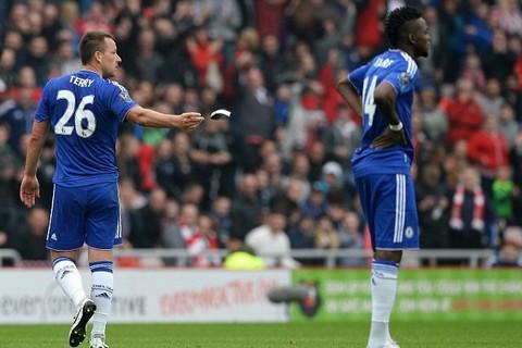 Terry ném băng đội trưởng xuống đất khi bị đuổi khỏi sân