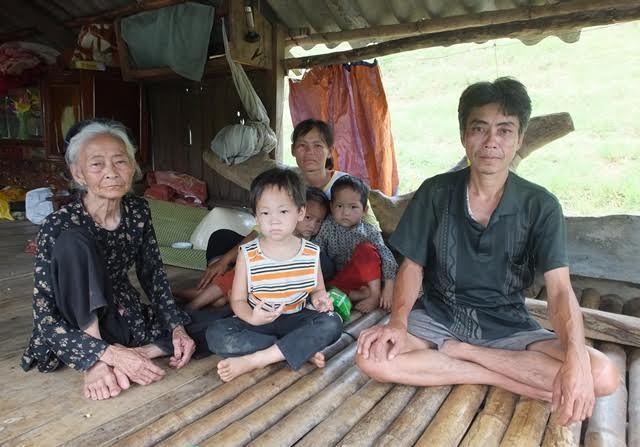 Dân nuôi cá mếu máo kể 'dòng nước đen hôi' sông Bưởi