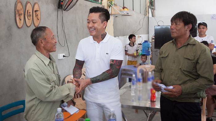 Tuấn Hưng quyên hơn 300 triệu cho ngư dân Hà Tĩnh