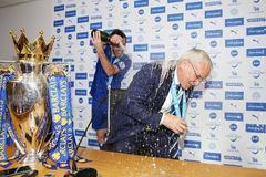 Mải phát biểu, HLV Ranieri bị học trò cho tắm champagne