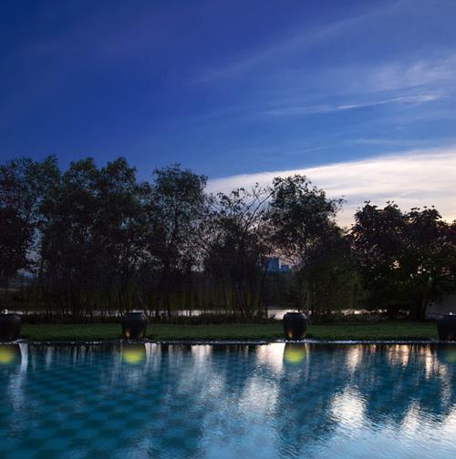 Lộng lẫy khách sạn-lâu đài bên hồ Bán Nguyệt