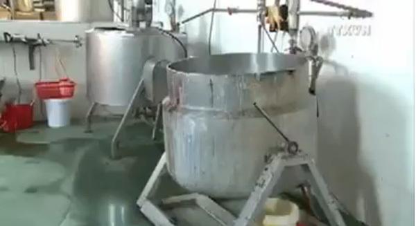 Chế thạch rau câu,  hạt trân châu siêu bẩn trong xưởng gạch