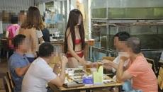 Quán ăn Hà Nội cho nhân viên mặc bikini phục vụ bàn