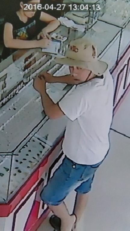 Chủ tiệm vàng té ngửa khi bị đánh tráo cả ngàn USD trước camera