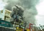 Garage ô tô cháy dữ dội, hàng trăm người tháo chạy