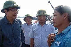Bộ trưởng đội mũ cối đến cảng cá nghe tâm tư ngư dân