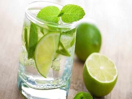 Vì sao nên uống nước chanh vào buổi sáng?