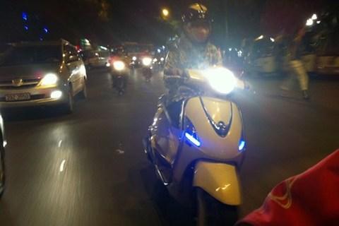 Đa số dân Việt Nam cứ hồn nhiên rọi thẳng đèn pha vào mặt người khác