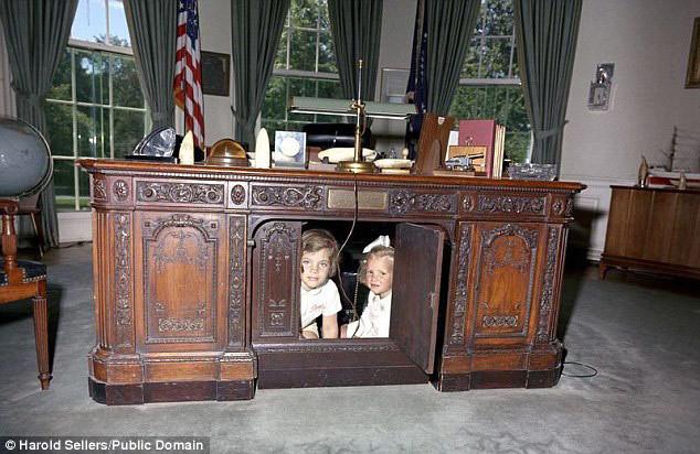 Bí ẩn chiếc bàn của Obama ở phòng Bầu dục
