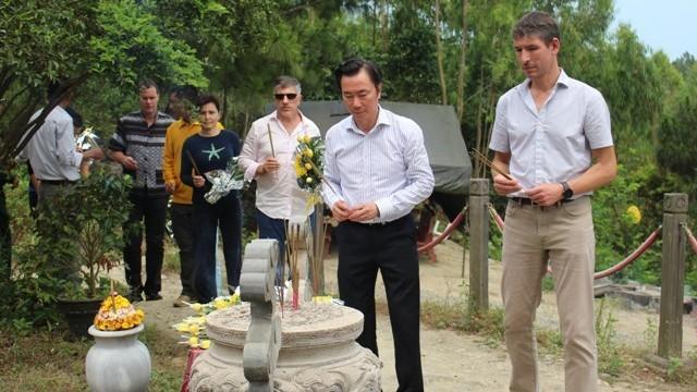 7 đại sứ bất ngờ trước khu mộ giản dị của Đại tướng
