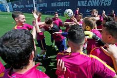 Messi và đồng đội vui cười thả ga, sẵn sàng nâng cúp