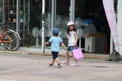 Mẹ Nhật dạy con tự lập: 2 tuổi đi mua đồ giúp mẹ, 6 tuổi tự đi học một mình