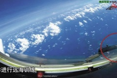 Oanh tạc cơ Trung Quốc lượn qua Đá Chữ Thập
