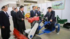 Hết đại hội đảng, Kim Jong Un thử lái máy cày