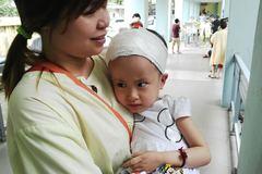 Xót xa bé bị não úng thủy, gần 10 năm chưa đi lại bao giờ
