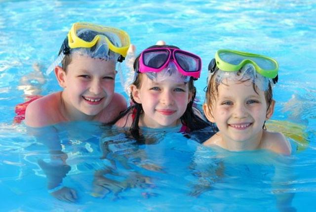 Kỹ năng bơi lội, dạy con học bơi, cho con đi bơi, cách chọn bể bơi, bơi lội, trẻ con, kỹ năng tránh đuối nước