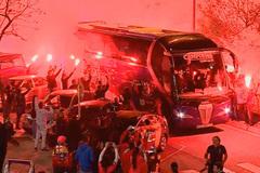CĐV đốt pháo sáng mù trời mừng Barca vô địch