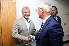 Tỷ phú Abramovich bắt tay chúc mừng HLV Ranieri
