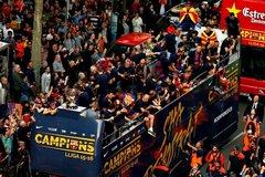 Biển người đổ ra đường ăn mừng cùng Barca