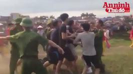 Video: Trăm người giành giật manh chiếu rách ở Hội Gióng
