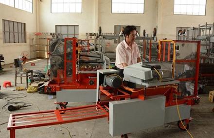 Lớp 8 chế máy nông nghiệp xuất khẩu, tiến sỹ ngồi máy lạnh chờ thời