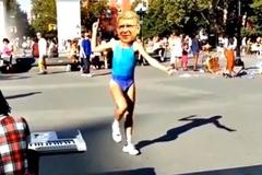Arsenal giành ngôi nhì, Wenger nhảy sexy trên đường phố