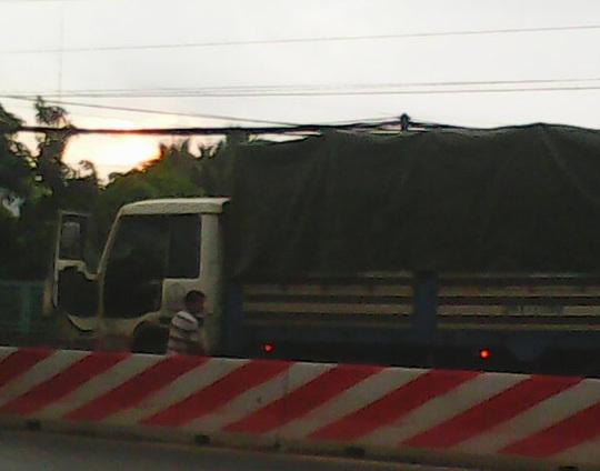 Chờ đèn đỏ, tài xế trơ mặt 'tè' bậy giữa đường