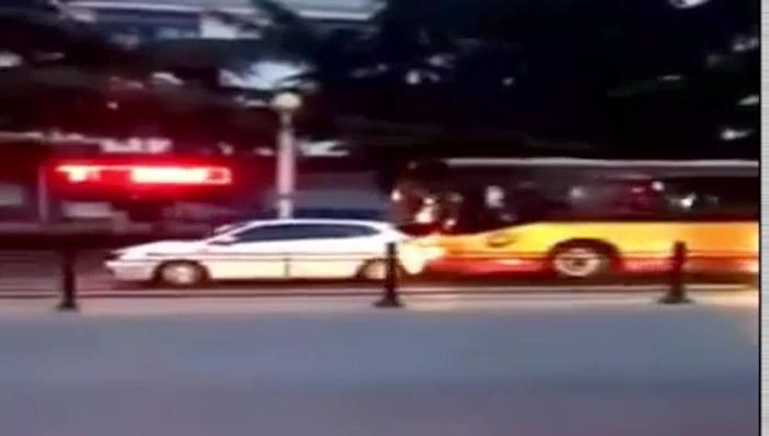 """Hãi hùng cảnh tài xế xe buýt """"trút giận"""" lên xe con"""