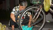Người đàn bà 30 năm vá xe đêm ở nơi sầm uất nhất Sài Gòn