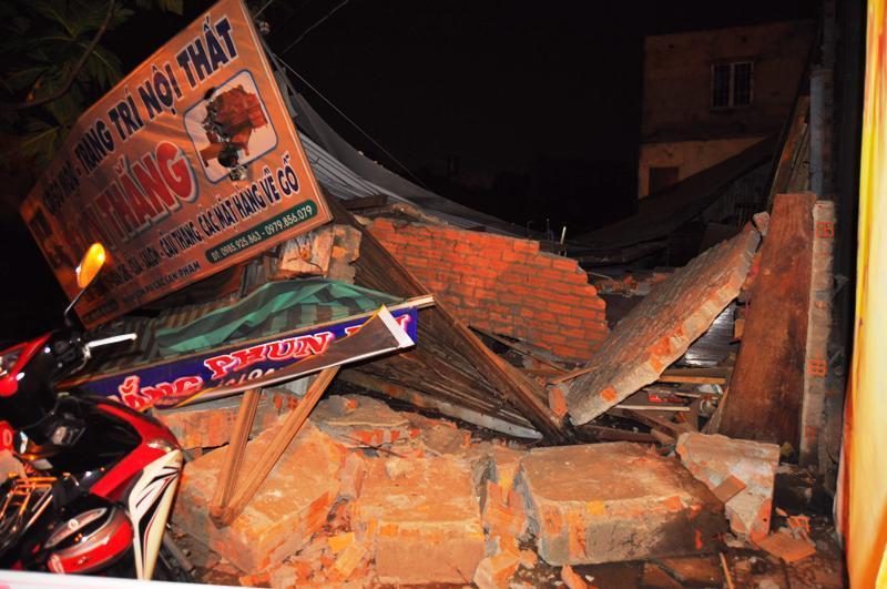 Hàng trăm người phong tỏa căn nhà bị đổ sập trong đêm