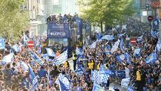 """Thầy trò Ranieri """"đại náo"""" đường phố Leicester mừng vô địch"""