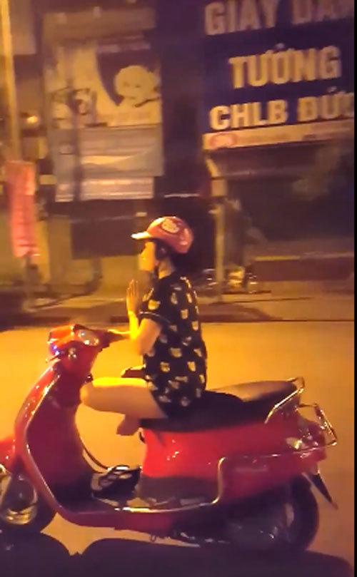 Hành động khó hiểu của cô gái ở giữa phố Hà Nội