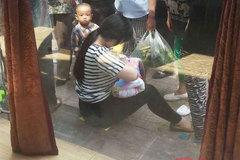 Người phụ nữ sẵn sàng cho em bé bị bỏ rơi bú ngay trên phố gây xúc động mạnh